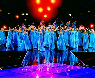 唐山市音协红玫瑰女子合唱团参加中央电视台2018年合唱春晚的演出现场